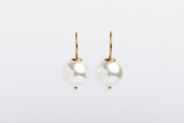 WHITE SEASHELL PEARL EARRINGS WITH YELLOW GOLD HOOK