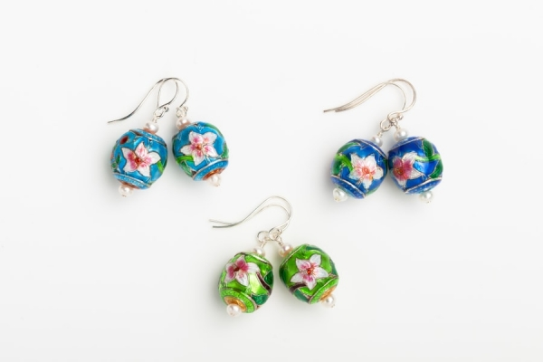 ENAMEL FLOWER BEAD EARRINGS WITH WHITE BUTTON PEARLS