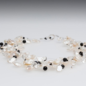 FLOATING WHITE KESHI PEARL NECKLACE WITH ONYX