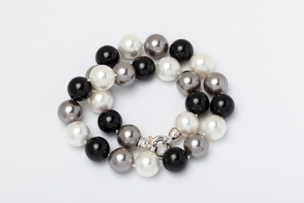 WHITE, GREY AND BLACK SEASHELL PEARL NECKLACE