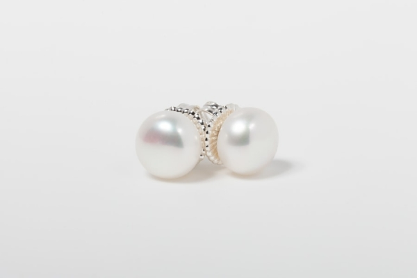 WHITE BUTTON PEARL STUD EARRINGS - 10MM