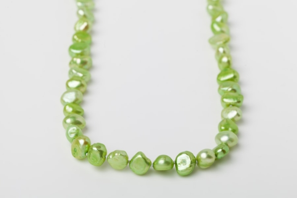 APPLE GREEN POTATO PEARL LOOP NECKLACE