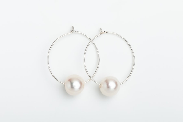 STERLING SILVER HOOP EARRINGS WITH SINGLE WHITE BAROQUE PEARL
